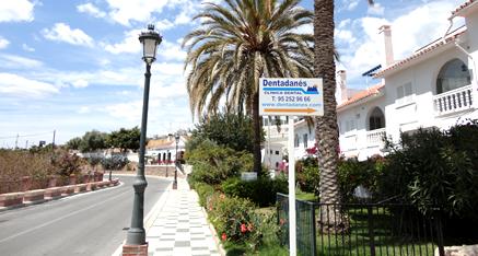 Hay una plaza de aparcamiento buena a 50 metros de la entrada de la urb. Maro club