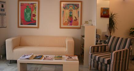Nuestra cómoda sala de espera con revistas en varios idiomas